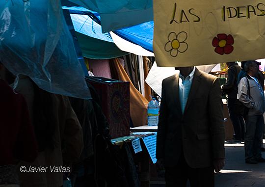 Fotografía realizada en Sol en la que aparece un hombre tapado con un cartel que pone: Las ideas