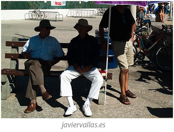 Fotografía de tres personas bajo una sombrilla en Caliornia