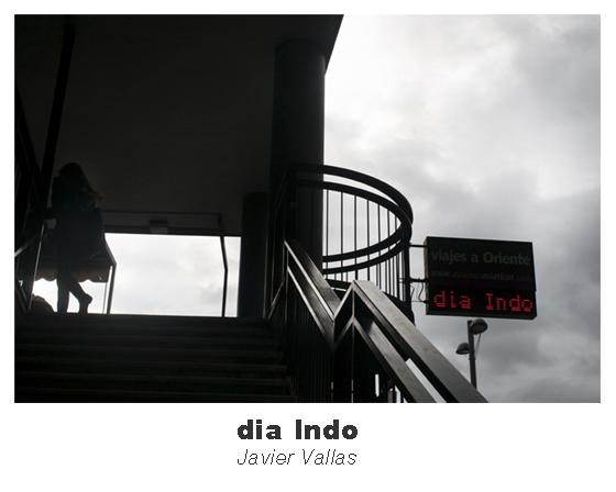 Fotografía de una mujer subiendo unas escaleras mientras se puede ver un cartel que pone día Indo